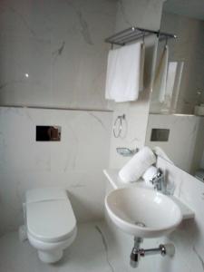 A bathroom at Porto Azzurro Aparthotel