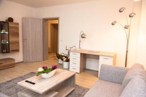 A seating area at Luft Apartments nahe Messe Düsseldorf und Airport 2B