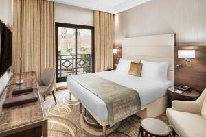 سرير أو أسرّة في غرفة في Millennium Makkah Al Naseem