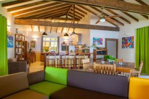 Um restaurante ou outro lugar para comer em TAHAA - Private Beach Villa