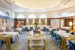 Ein Restaurant oder anderes Speiselokal in der Unterkunft Fraser Suites Hamburg