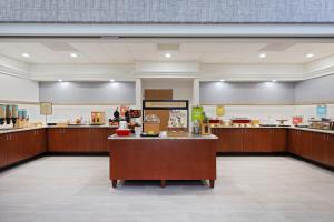 Um restaurante ou outro lugar para comer em Hampton Inn & Suites Orlando International Drive North