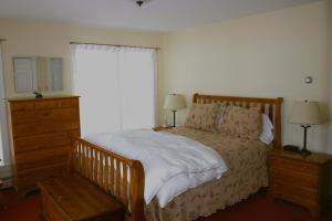A bed or beds in a room at Maple Hill Farm Bed & Breakfast