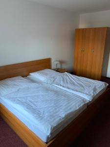 A bed or beds in a room at Pension Hannes