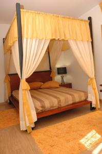 A bed or beds in a room at Casa Da Canada