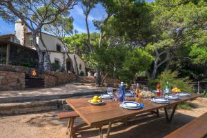 A restaurant or other place to eat at Tamariu Villa Sleeps 8