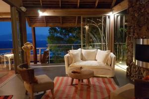Uma área de estar em Villa Manatea