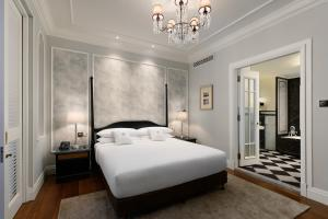 A bed or beds in a room at Eastern & Oriental Hotel