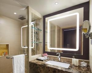 A bathroom at Taj Hotel & Convention Centre Agra