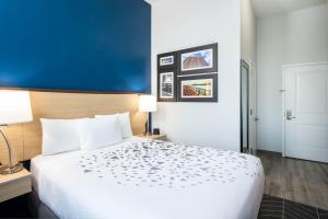 A bed or beds in a room at La Quinta Inn and Suites by Wyndham Long Island City