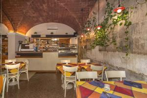 A restaurant or other place to eat at Hotel Amalfitana