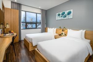 Giường trong phòng chung tại Magnolia Hotel