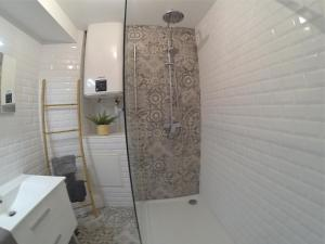 A bathroom at Superbe appartement, 3 chambres, gare St Charles