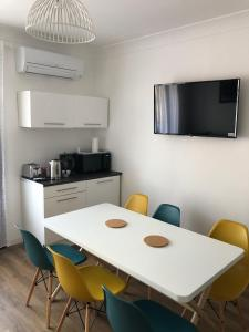 A kitchen or kitchenette at Superbe appartement, 3 chambres, gare St Charles