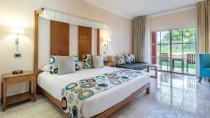 Ein Bett oder Betten in einem Zimmer der Unterkunft Be Live Collection Marien - All Inclusive