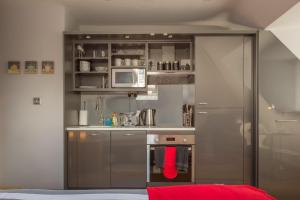 A kitchen or kitchenette at HomefromHolme Alban House