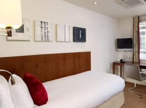 A bed or beds in a room at DoubleTree by Hilton London – West End