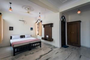 A bed or beds in a room at Jashoda Mystic Haveli