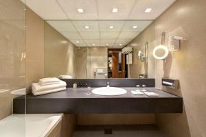 A bathroom at uHOTEL