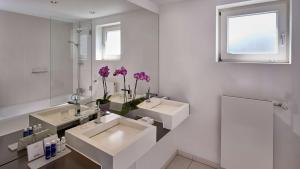 A bathroom at Park Plaza Berlin Kudamm