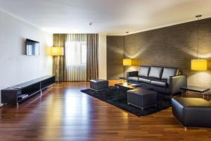 A seating area at Radisson Blu Hotel Lisbon