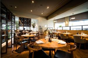 A restaurant or other place to eat at Park Plaza Victoria London