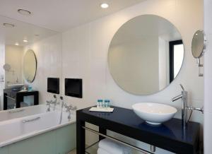 A bathroom at Park Plaza Leeds
