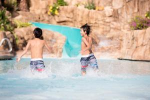 A piscina localizada em Universal's Loews Sapphire Falls Resort ou nos arredores