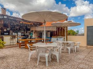 A restaurant or other place to eat at Pousada Brisa do Atlântico - Praia de Iracema - Próximo a feira da Catedral da sé
