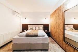 Un pat sau paturi într-o cameră la Hotel Buchenland