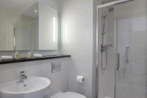 A bathroom at DoubleTree by Hilton London Angel Kings Cross
