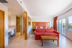 Een zitgedeelte bij Hotel Club Cala Marsal
