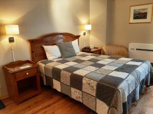 A bed or beds in a room at Auberge Le jardin d'Antoine