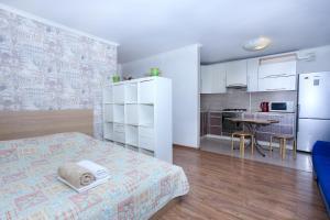 Кухня или мини-кухня в Апартаменты на Трехгорном Валу