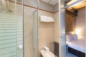 Un baño de Apartamentos DV