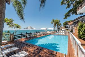 A piscina localizada em Bombinhas Tourist Apart Hotel ou nos arredores