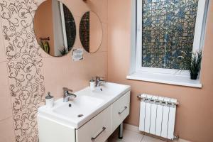 A bathroom at Samovar Hostel