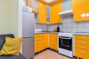 Кухня или мини-кухня в RentalSPb Studio with balcony