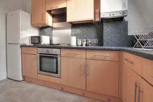 A kitchen or kitchenette at 34 New Road