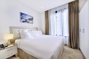 سرير أو أسرّة في غرفة في غراند ماجستيك ريزيدنس
