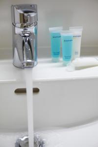 A bathroom at Bastion Hotel Leiden Voorschoten
