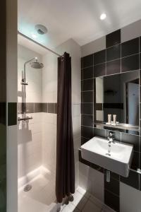 A bathroom at Les Piaules - Belleville