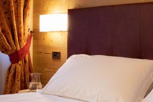 Letto o letti in una camera di Hotel Petit Tournalin