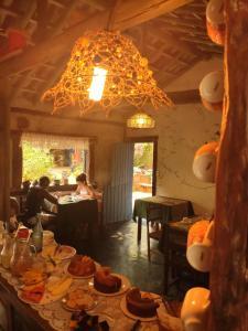 Um restaurante ou outro lugar para comer em Pousada Bangalôs Cipó