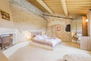 A bed or beds in a room at Les Baux de Provence Villa Sleeps 10 Pool WiFi
