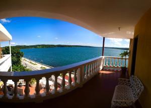 A balcony or terrace at Hotel Villa del Lago