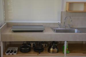 Una cocina o zona de cocina en Jaguar Inn Bungalows & Hostel