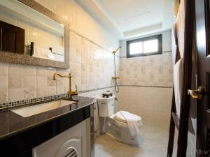 A bathroom at La Pillow 8