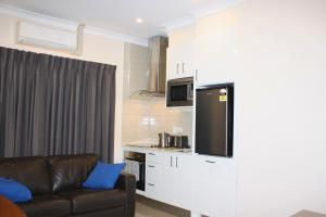 A kitchen or kitchenette at BIG4 Stuart Range Outback Resort