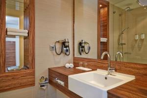 A bathroom at H+ Hotel Lübeck